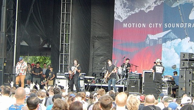 Motion City Soundtrack in action at the 2016 Riot Fest in Chicago. (photo: swimfinfan and Wikipedia).