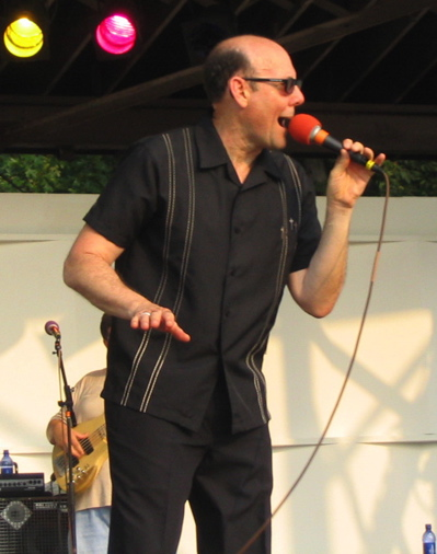 Billy Price in a 2004 concert. photo: Leland.