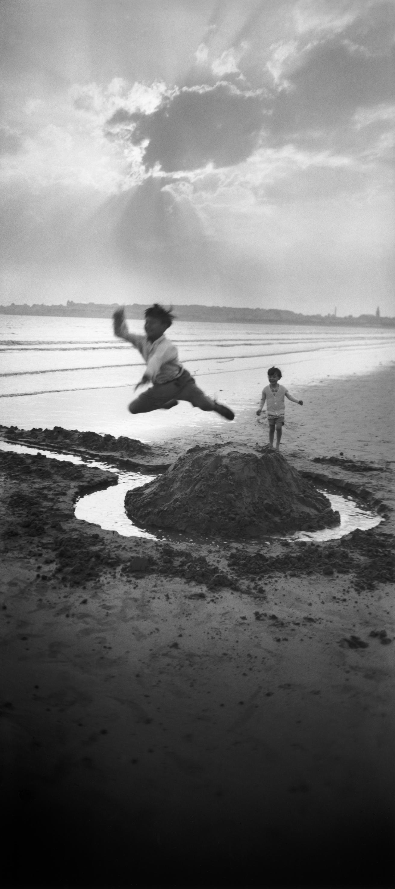 Sky boys: young Gérard Willemetz and Lartigue's son Dani, 1926.