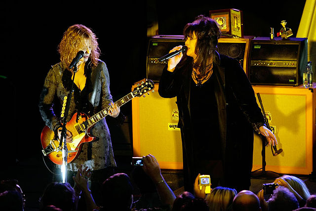 Nancy and Ann Wilson playing at a charity concert for the Canary Foundation in 2007. (photo: Fatcat125 and Wikipedia)