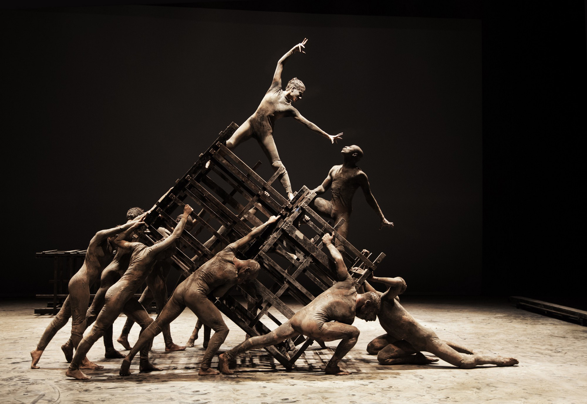 The social order goes all a-tilt in 'Cão sem Plumas.' (Photo: courtesy of Deborah Colker Dance, Brazil)