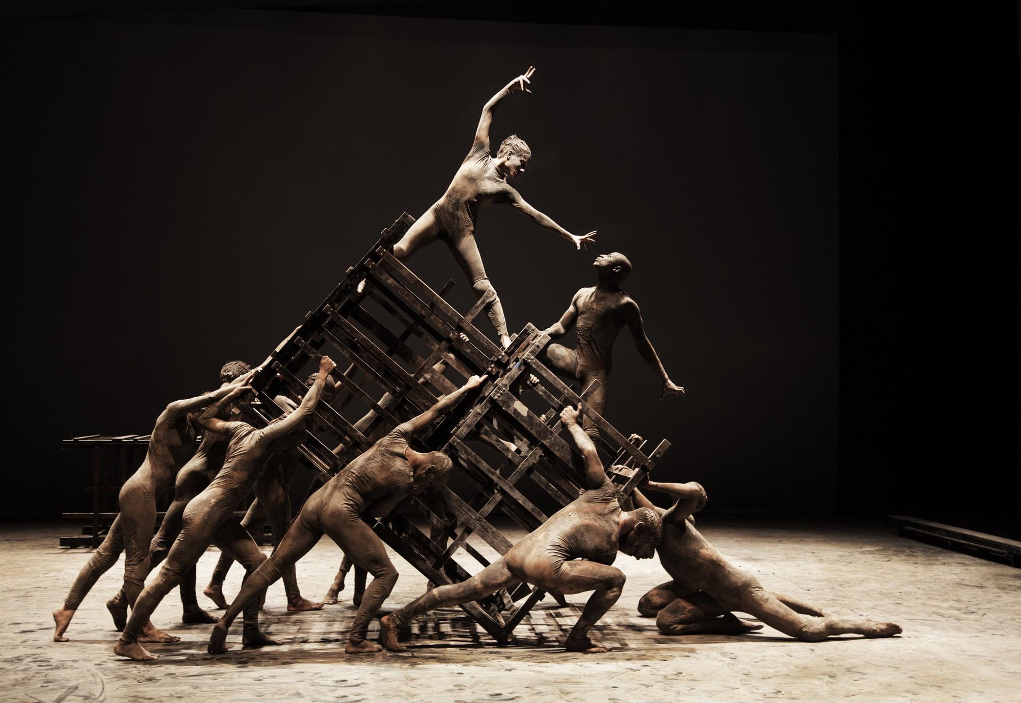 The social order goes all a-tilt in 'Cão sem Plumas.' (Photo: courtesy of Deborah Colker Dance, Brazil)