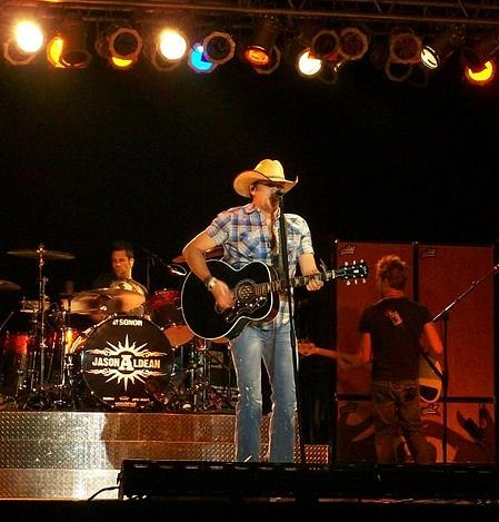 Jason Aldean performing with his band in 2008. photo: Dlindner0, Wikipedia.