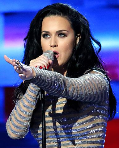 Katy Perry singing in a 2016 concert. photo: Ali Shaker/VOA and Wikipedia.