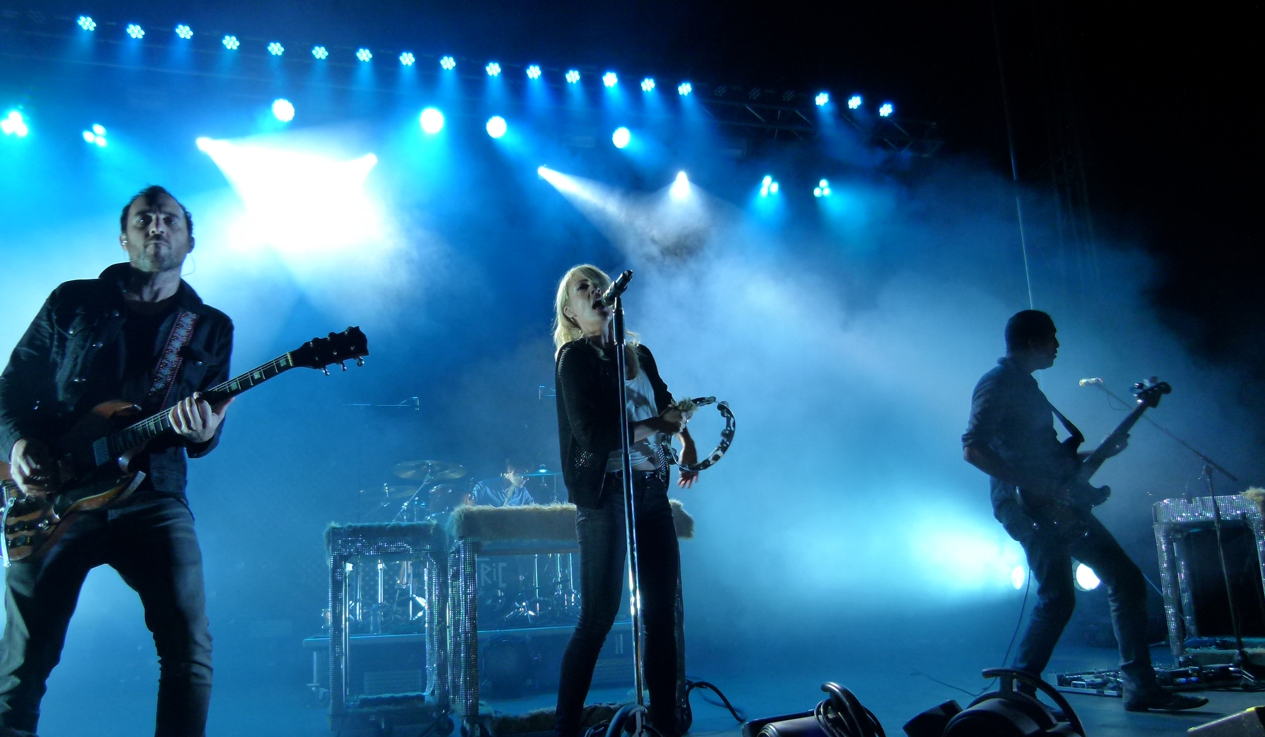 Metric jamming at center stage, l. to r., James Shaw, Joules Scott-Key (background), Emily Haines, and Joshua Winstead.