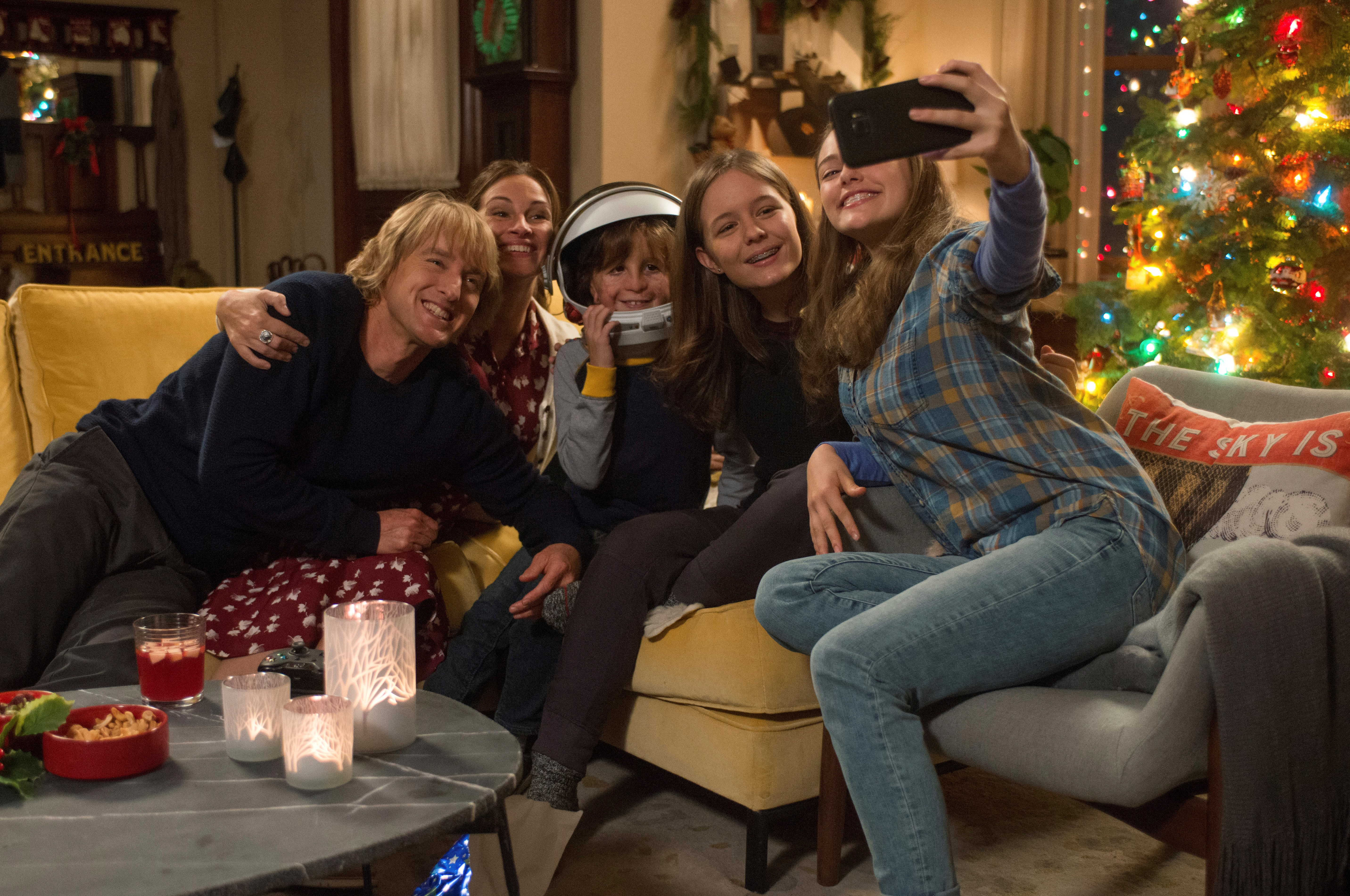 """""""Wonder's"""" Pullman family plus friend Miranda. From L to R: Owen Wilson as 'Nate,' Julia Roberts as 'Isabel,' Jacob Tremblay as 'Auggie,' Izabela Vidovic as 'Via' and Danielle Rose Russell as 'Miranda.'"""